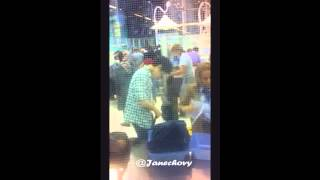 120413 Sexy Henry: Wearing a belt at the airport