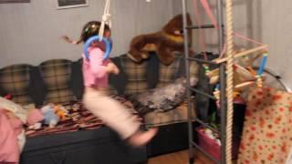 девочка на кольцах, гимнастка, спортсменка.Детская спортивная стенка. Детское видео. Детям(, 2016-10-29T19:41:06.000Z)