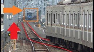 赤信号で前に列車がいるのに次の列車が進行してしまう石神井公園駅を出発する西武池袋線下りの2つの列車