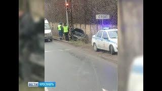 Смотреть видео В Ярославле отечественная легковушка врезалась в столб: подробности ДТП онлайн