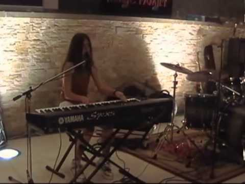 Rosemilia Miranda  (hello cover Italia) Turning tables -  piano e voce