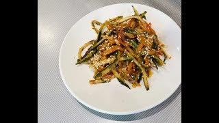 Необычный салат из огурца, перца и жаренного кунжута.