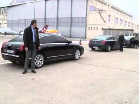 Gest ciudat al presedintelui Klaus Iohannis la aeroportul francez ( arunca haina pe masina )