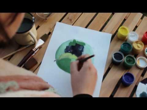 Девушка красиво рисует и пьет чай