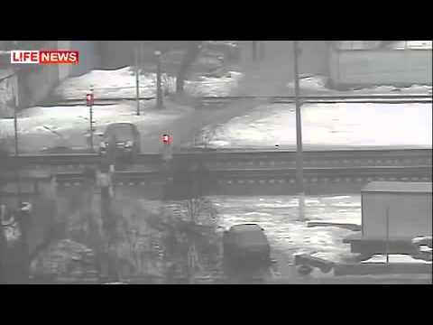 Мужы застрял на рельсах на Nissane и его сбил поезд