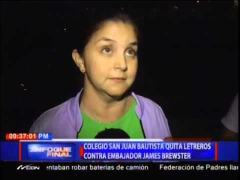 Colegio San Juan Bautista quita letreros contra embajador James Brewster
