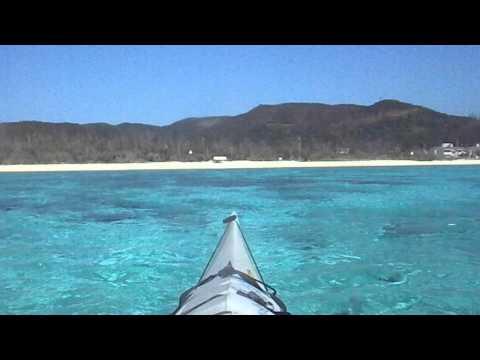あり得ないような海の色の中をカヌーで進む