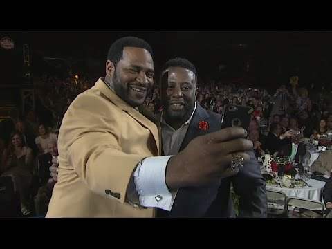 Jerome Bettis takes a selfie after getting his Pro Football Hall of Fame Gold Jacket