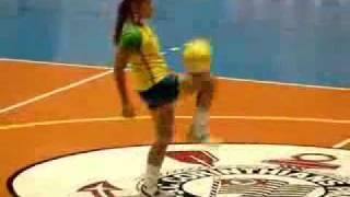 Garota fazendo embaixadinha no Intervalo do Jogo de Futsal