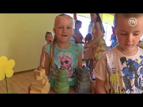 Skolēni bērniem dāvina pašu gatavotas koka rotaļlietas