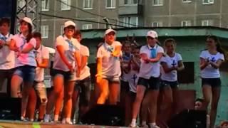 Групповой танец детей на концерте в городе Верхняя Салда