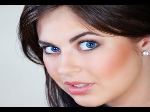 apply eye makeup blue