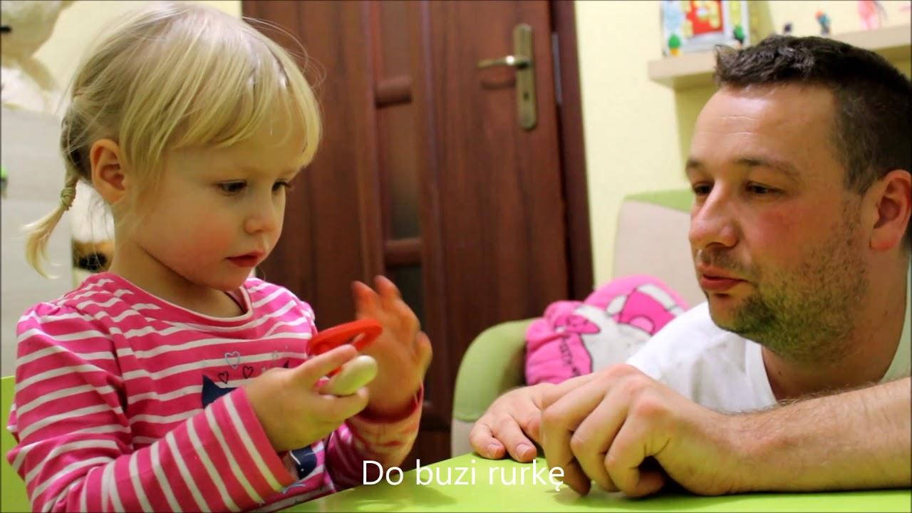 Dzieci z Pasją bawią się unoszącą piłeczką Goki - zabawka logopedyczna