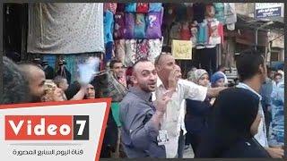أنصار مرشح ببولاق الدكرور يهتفون لمرشحهم أمام لجان مدرسة صفية زغلول