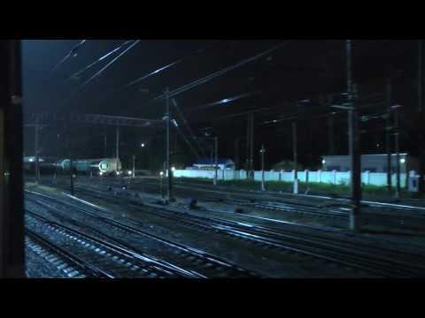 Вид из окна поезда. Въезд в город из ночи. Ночное небо в лесу