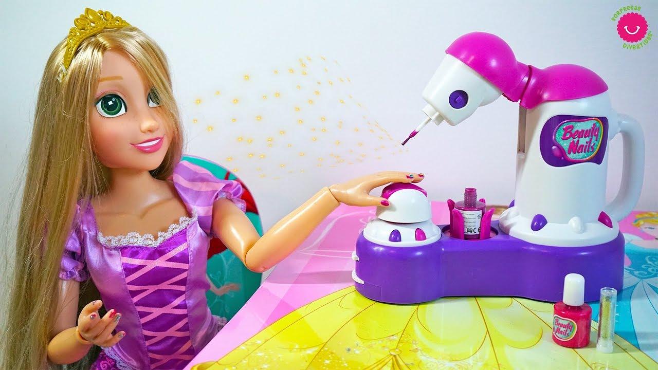 Rapunzel juega con la maquina pinta uñas
