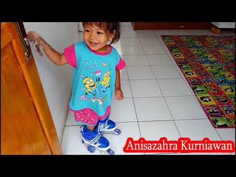 Kei lagi belajar main sepatu roda, nah biar aman harus pakai safety gear dulu ya. Thank you for watching. Don't forget to....