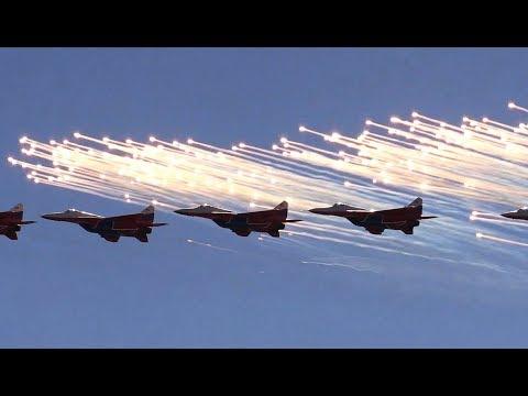 """Самолеты Су-30СМ """"Русские витязи"""" и МиГ-29 """"Стрижи"""" на аэродроме Кубинка - пилотаж"""