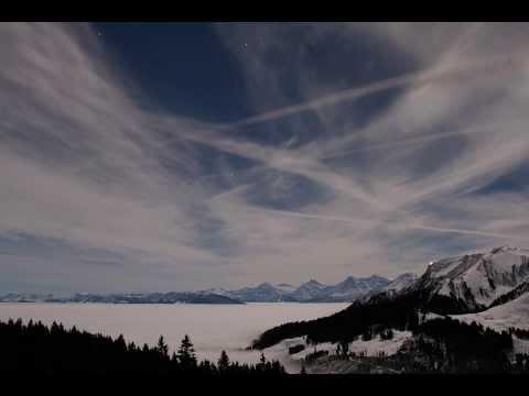 Nächtliches Nebelmeer mit Berner Alpen
