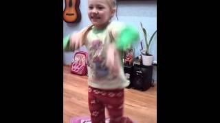 Танец моей племянницы Алисы! Полный ржач!!
