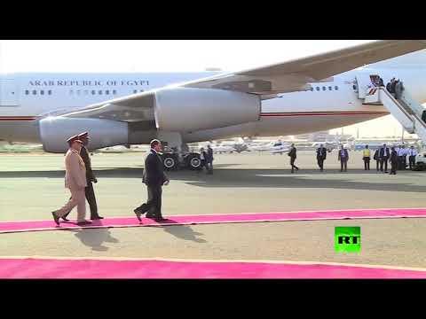 لحظة استقبال الرئيس السوداني عمر البشير لنظيره المصري عبدالفتاح السيسي في مطار الخرطوم  - نشر قبل 29 دقيقة