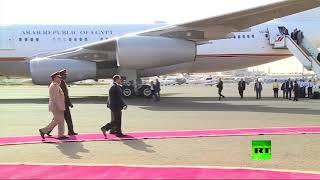 لحظة استقبال الرئيس السوداني عمر البشير لنظيره المصري عبدالفتاح السيسي في مطار الخرطوم