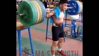 15-летний китаец приседает 200 кг на 2 повтора