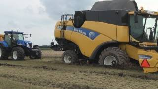 New Holland CX760 vast in de modder / stuck in mud - Trekkerweb.nl