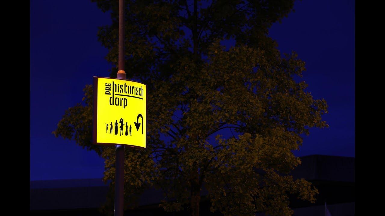 PREHISTORISCH DORP - enthousiast over Lichtmastreklame!