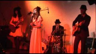 Karen Elson - 'The Birds They Circle' / '100 Years From Now' Live A...