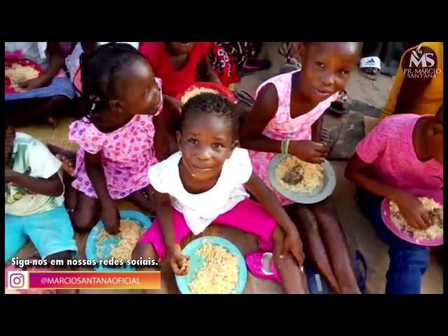Crianças órfãs de Moçambique sendo alimentadas!!