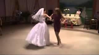 Веселые пляски невесты с сестрой