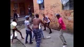 Repeat youtube video Pelea a machetazo limpio en RD
