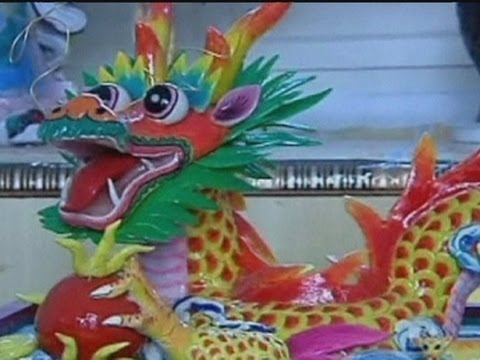 Artist makes Chinese dragon ... out of dough