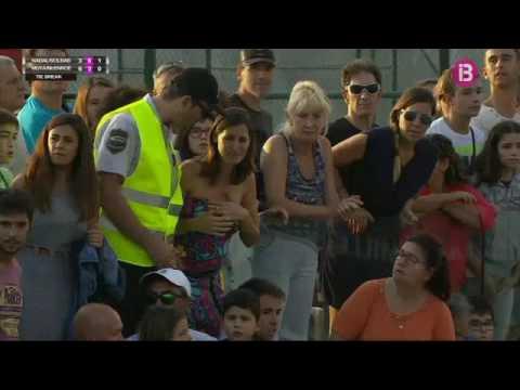 Moment emotiu: Na Clara atura el partit de Rafa Nadal, Carles Moyà i John McEnroe