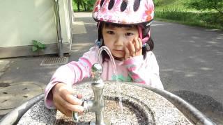 公園で水を飲む