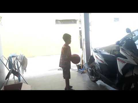 Anak Ini Bermain Bola Basket Menghadap Ke Depan Dan Belakang
