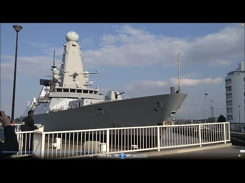 HMS Duncan Departing Canary Wharf, London (26 May 2016)