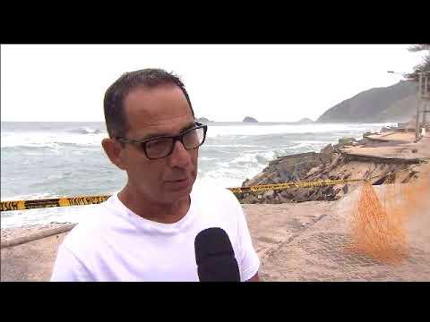 Mar avança sobre o calçadão da Praia da Macumba e ameaça casas, no Rio de Janeiro