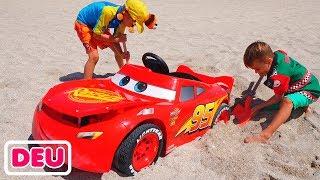 Nikita fährt mit dem Auto und bleibt im Sand stecken