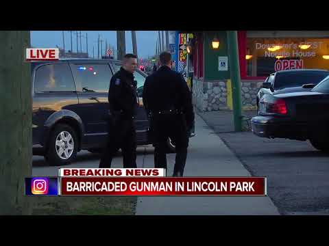 Police at scene of barricaded gunman inside restaurant in Lincoln Park