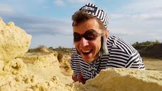 Динозавр помогает Лёве прогнать воришку и откопать трактор из песка