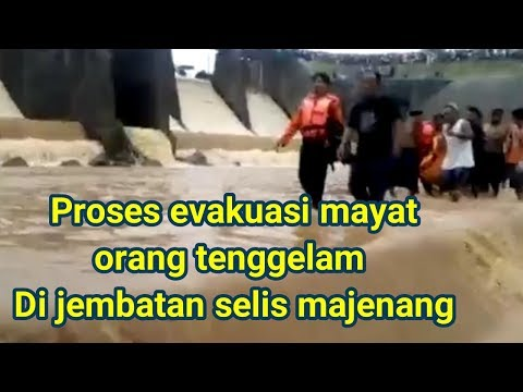Proses evakuasi mayat korban orang tenggelam di Jembatan Selis Majenang 27 Desember 2017