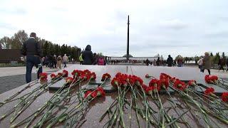 Вопреки дождю и ветру: как москвичи отмечают День Победы на Поклонной горе