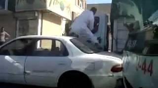 موطن سعودي يقوم بضرب اجنبي مصري او اجنبي يمني