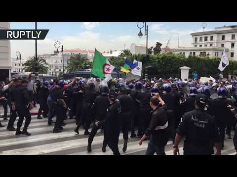 اشتباكات بين المتظاهرين والشرطة في الجزائر  - نشر قبل 4 ساعة