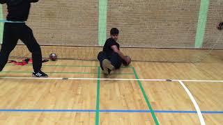 Styrketræning for målvogtere - Øvelse 6 (Russian twist med medicinbold og samlede ben)