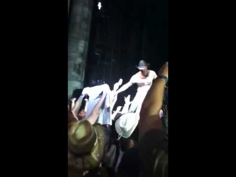 Tim McGraw hits drunk fan with marker