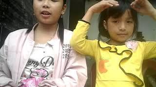 Khánh Linh và Như Ý lần đầu ăn thử keo cô la cô ca. 👍👈👌👇