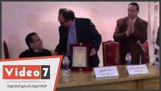 جامعة مصر تكرم طالبا لفوزه بالميدالية الفضية لرفع الأثقال لذوى الاحتياجات